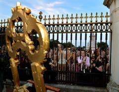 Der Prinz ist da, die Geburtsurkunde aufgestellt - Grossbritannien feiert. (Bild: Keystone)