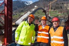 Termin auf der Baustelle: Willi Haag (Mitte) mit Kantonsingenieur Urs Kost (links) und dem Gemeindepräsidenten von Vättis, Ferdinand Riedererer, bei der Taminabrücke in Pfäfers. (Bild: Keystone)