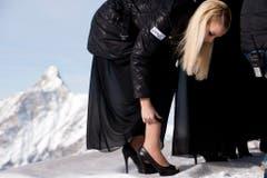 Linda Fäh richtet bei einem Fotoshooting in Zermatt ihre Strümpfe. (Bild: Keystone)