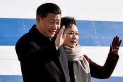 In der Schweiz gelandet: China's President Xi Jinping und seine Frau Peng Liyuan. (Bild: Keystone)