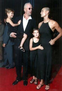 Die US-Schauspielerin Demi Moore und ihr damaliger Mann Bruce Willis posieren am 23. Juni 1996 im New Yorker Ziegfeld Theatre mit ihren Kindern Scout (links) und Rumer. (Bild: Keystone)