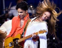 Sex sells: Die Bühnenshows von Prince waren oftmals sehr erotisch - auch dank der Tänzerinnen, die Gerüchten zufolge nicht grösser sein durften als der Maestro selbst (Aufnahme von 2007). (Bild: Keystone)