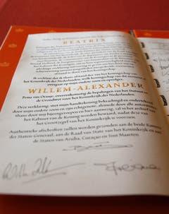 Die Abdankungsurkunde: Hier steht geschrieben, dass Willem-Alexander nun König der Niederlande ist. (Bild: Keystone)