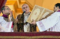 Der neue Papst spricht zu den zehntausend Pilgern auf dem Petersplatz. (Bild: Keystone)