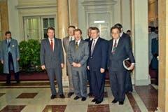 Vaclav Havel, Präsident der damaligen Tschechoslowakei, wird am 22. November 1990 im Bundeshaus in Bern bei seinem offiziellen Arbeitsbesuch von den Bundesräten René Felber, Arnold Koller und Otto Stich. (Bild: Keystone)