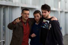 Angehörige von Opfern geben sich am Flughafen von Barcelona Halt. (Bild: Keystone)