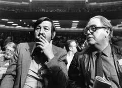 Max Frisch und Günter Grass 1977 bei der Versammlung der SPD in Hamburg. (Bild: Keystone)