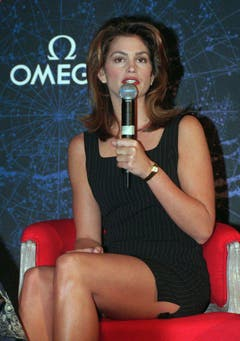 Im Jahr 1998 zeigt Cindy Crawford an einer Medienkonferenz in Bombai viel Bein. (Bild: Keystone)