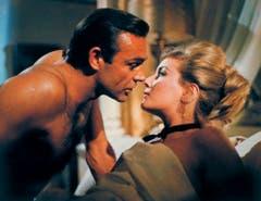 Im Bett mit Sean Connery: Daniela Bianchi als Tatiana Romanova in «From Russia with Love» (1963). (Bild: Keystone)