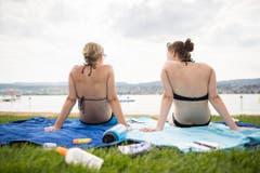 Zwei junge Frauen im Strandbad von Küsnacht. (Bild: ENNIO LEANZA (KEYSTONE))