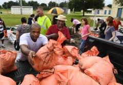In Sarasota, Florida werden Sandsäcke abgefüllt. (Bild: Keystone)