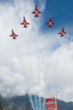 Die Schweizer Patrouille umrahmt den Anlass mit einer Flugshow. (Bild: Keystone)