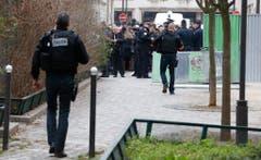 Polizeibeamte riegeln den Tatort ab. (Bild: Keystone)