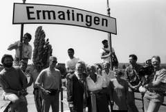 """Die deutsche Autorin und Schauspielerin Ruth Maria Kubitschek (in der Mitte mit dunkler Jacke) als Stargast in der Sendereihe """"Schweiz aktuell Unterwegs"""" im Jahr 1992 in Ermatingen 1992. (Bild: Keystone)"""