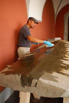 Der Sarkophag wird mit Kieselsäureester getränkt. (Bild: pd)