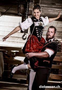 Der Zürcher Fabian Kindlimann trägt Ehrendame Rosmarie von Känel auf Händen. (Bild: dieboesen.ch/Thomas Buchwalder)