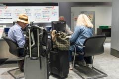 Ein Mitarbeiter im Fundbüro berät zwei Passagiere. (Bild: Ralph Ribi)