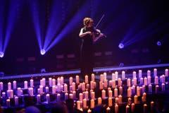 Musik und Kerzen im Gedenken an die Opfer des Germanwings-Dramas. (Bild: Keystone)