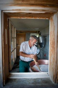 Roland Bischof bei der Herstellung von Bloderkäse. (Bild: Urs Bucher)