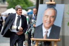 Willi Haag auf dem Weg zur Abdankungsfeier für TV-Moderator Kurt Felix in der St.Laurenzen-Kirche. (Bild: Urs Bucher)