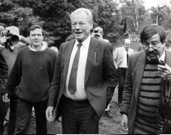 Gerhard Schröder, Willy Brandt und Günter Grass bei einer SPD-Wahlkampfveranstaltung im Juni 1985 in Dannenberg. (Bild: Keystone)