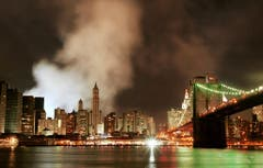 Der Rauch hat sich auch am Abend des 11.Septembers 2001 noch nicht verzogen. (Bild: Keystone)