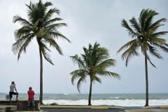 In luquillo, Puerto Rico, stehen Menschen am Meer, Stunden bevor der Hurrikan ankommt. (Bild: Keystone)