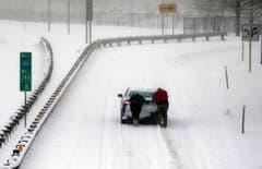 Zwei Leute helfen einem eingeschneiten Autofahrer in St.Louis, Missouri. (Bild: Keystone)