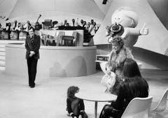 Schauspielerin Stephanie Glaser tritt am 23. Februar 1974 als Tante Elise in der Sendung «Teleboy» mit Kurt Felix auf. (Bild: Keystone)