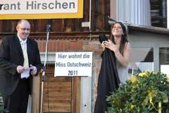 Gemeindepräsident Bernhard Keller mit Miss Ostschweiz Patricia Rimle. (Bild: Hanspeter Schiess)