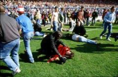 Verwundete Fans werden auf dem Rasen gepflegt. (Bild: Keystone)