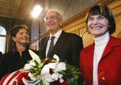Strahlt übers ganze Gesicht: Micheline Calmy-Rey mit ihren neuen Kollegen Pascal Couchepin und Ruth Metzler. (Bild: Keystone)