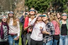 Geteilte Brille ist doppelte Freude: Kantischülerinnen im Kantipark. (Bild: Urs Bucher)