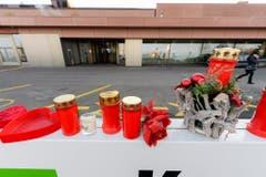 Fans haben für Schlagerlegende Udo Jürgens Kerzen und Blumen niedergelegt. (Bild: Keystone)