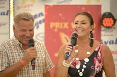 Die beiden Moderatoren Kurt Zurfluh und Monika Kaelin auf dem Ristis ob Engelberg. Dort fand das Prix Walo-Sprungbrett statt. (Bild: Archiv LZ)