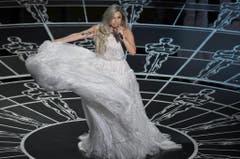Der Rider - also jener Teil des Vertrags, der die Sonderwünsche regelt - von Lady Gaga präsentiert sich wie eine Einkaufsliste für ein Skilager. Hier ein paar Auszüge: Zwölf verschiedene Süssgetränke, zwölf Flaschen Mineralwasser in Zimmertemperatur, zwölf Flaschen Mineralwasser gekühlt, eine Schüssel Guacamole, ein grosser Pack Tortilla Chips, ein Pack getrocknete Äpfel, ein Pack getrocknete Mangos. Dann möchte die Sängerin auch noch Mandeln, umhüllt in schwarzer Schokolade sowie eine Schüssel Zitronen- oder Knoblauch-Humus (Bild: Keystone)