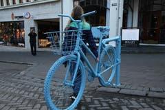 Blau ist eine dominierende Farbe in Island - auch bei diesem Velo. (Bild: Marion Loher)