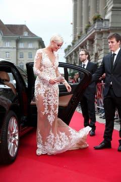 Die amtierende Miss Schweiz Dominique Rinderknecht wirft ihr Kleid in Pose. (Bild: Keystone)