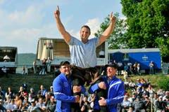 Sieger Nöldi Forrer lässt sich feiern. (Bild: Reto Martin)