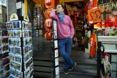 In einem Laden in Amsterdam stehen orangefarbene Souvenirs zum Verkauf bereit. (Bild: Keystone)