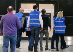 Angehörige eines Care-Teams kümmern sich um Menschen, die in Düsseldorf auf den Unglücksflug aus Barcelona gewartet haben. (Bild: Keystone)