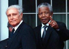 Bundesrat Flavio Cotti besucht 1998 Südafrika und trifft sich mit Nelson Mandela. (Bild: Keystone)