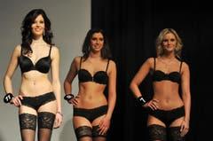 Lisa Schneider, Dominique Fischer und Vanessa Aleardi (von links): Knapp bekleidet auf der Bühne. (Bild: Reto Martin)