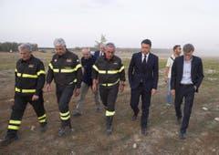 In den Abendstunden besuchte zudem der italienische Premier Matteo Renzi die Unglücksstelle. (Bild: Keystone)