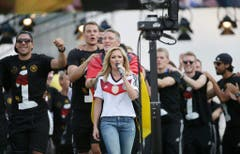 """Nach der Ankunft der Fussballweltmeister in Berlin sang die gebürtige Russin mit der Nationalelf ihren Hit """"Atemlos"""". (Bild: Keystone)"""