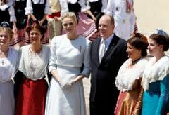 Das Fürstenpaar posiert mit Trachtendamen. (Bild: Keystone)