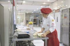 Die Bäckerin-Konditorin Ramona Hollenstein aus Walzenhausen in ihrem Element. (Bild: pd)