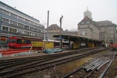 Auf den Fahrplanwechsel im Dezember werden Gaiser- und Trogenerbähnli im Gaiserbahnhof in St.Gallen zusammengehängt. Dafür sind noch bauliche Massnahmen nötig. Auf dem alten Gleisfeld rechts des Bahnhofsgebäudes entstehen Abstellplätze für Autos und Zweiräder. (Bild: David Gadze - 17. Dezember 2017)