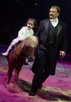 Chanel Marie Knie mit ihrem Grossvater Fredy Knie jun. (Bild: Keystone)