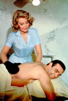 Molly Peters kümmert sich in «Thunderball» als Krankenschwester Patricia Fearing um 007. Die Britin entblättert sich als erstes Bond-Girl vor der Kamera. (Bild: Keystone)